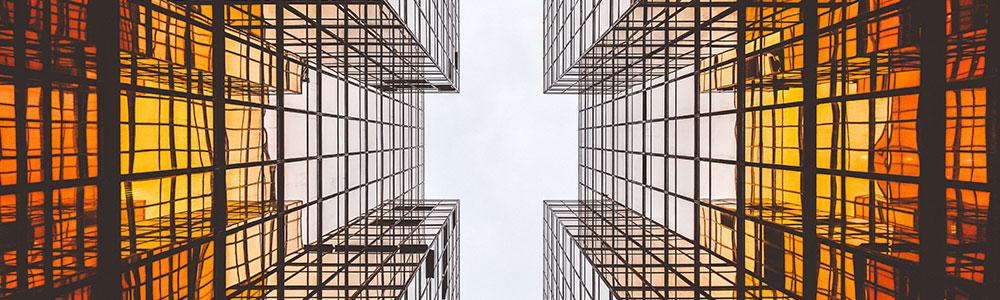 Glasgebäude von unten
